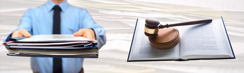 Hombre entregando documentos y mazo de juez sobre libro